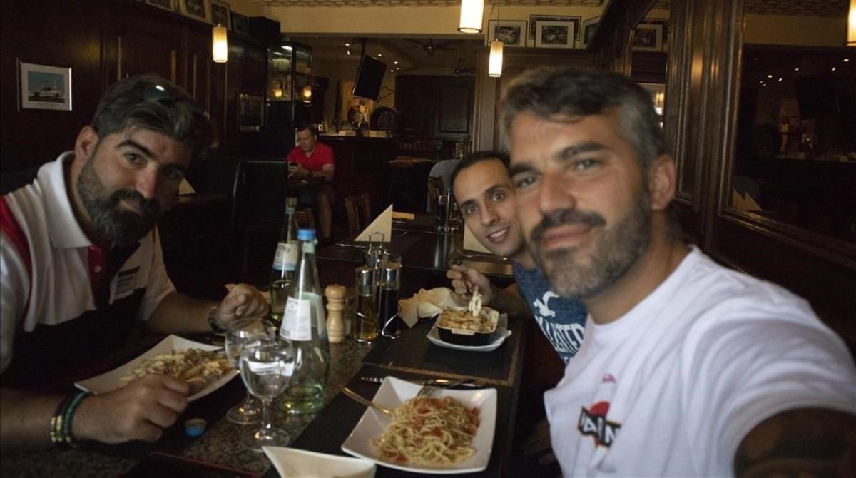 José Alcaide, Dani Menacho y Jesús Robledo, en uno de los restaurantes del circuito de Nurburgring.