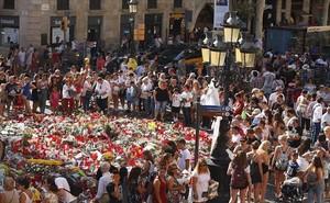 Ofrendas a las víctimas del atentado de la Ramblaen el mosaico de Joan Miró.