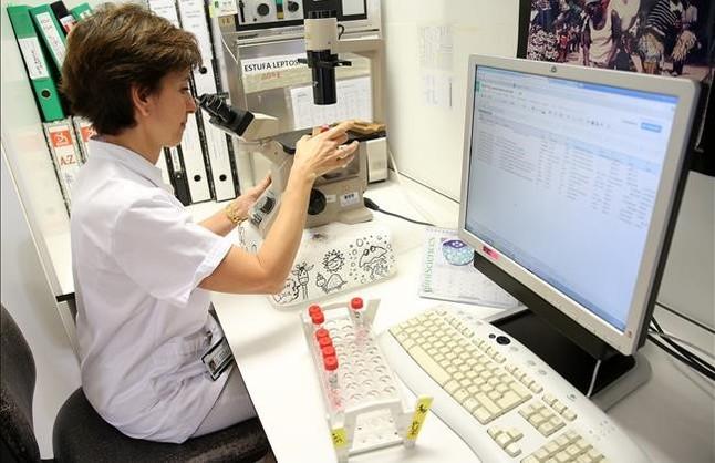 La viróloga Àngels Marcos en el laboratorio de microbiología del Hospital Clínic donde seanalizan los virus gripales.