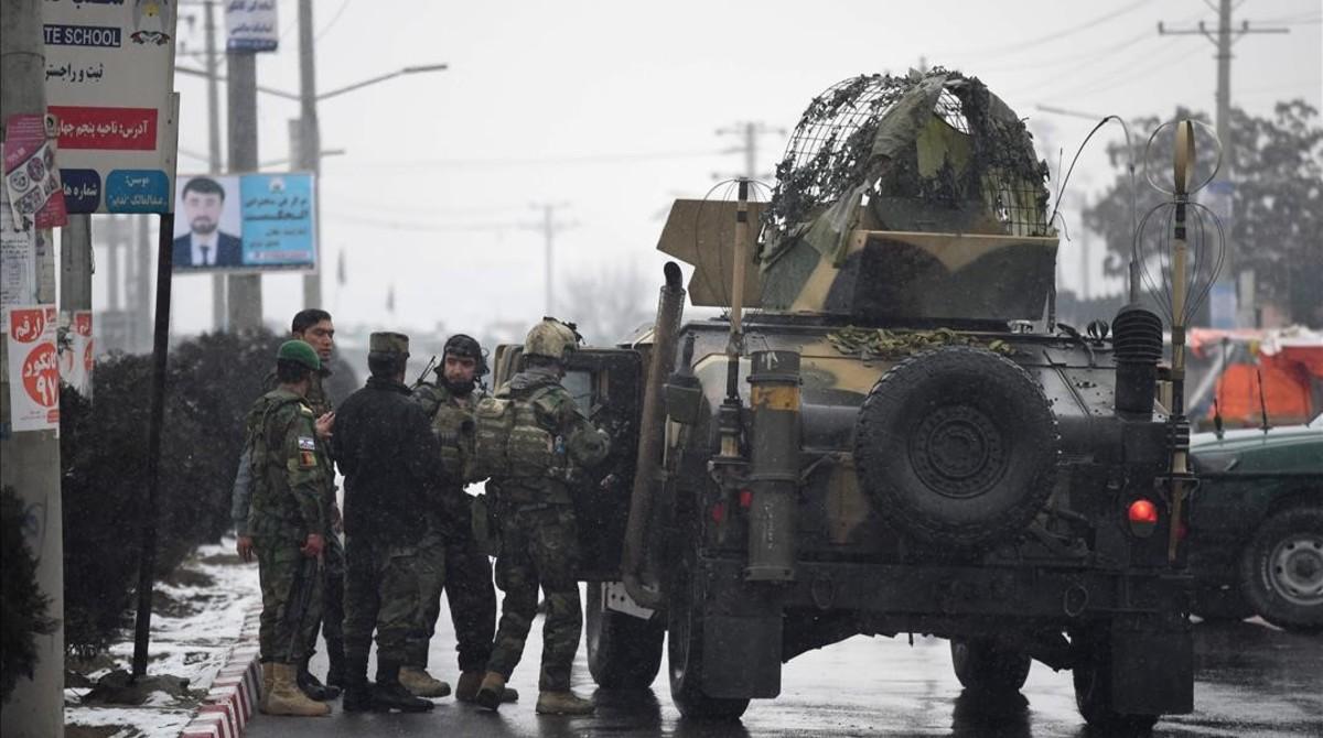 Las fuerzas de seguridad afganas en frente de un vehículo blindado, cerca delas instalaciones de una unidad del Ejército afgano en Kabul.