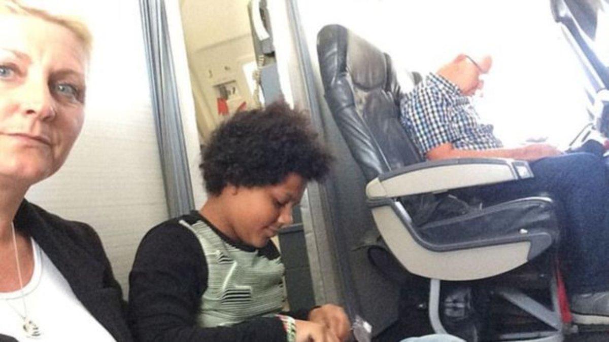 Pagaron 1.400 por un vuelo pero tuvieron que viajar en el suelo del avión porque sus asientos no existían