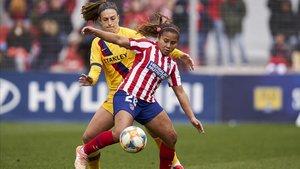 Leicy Santos, del Atlético, batalla con Andrea Pereira, del Barça.