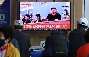 El líder de Corea del Norte, Kim Jong-un, hizo este sábado su primera aparición en los medios estatales norcoreanos tras 21 días desaparecido.