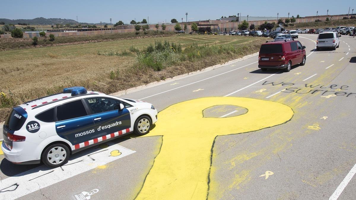 Llegada de los políticos presos a la cárcel de Lledoners, en Sant Joan de Vilatorrada