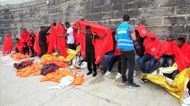 Inmigrantes rescatados de una patera, en el puerto de Tarifa (Cádiz), el viernes.