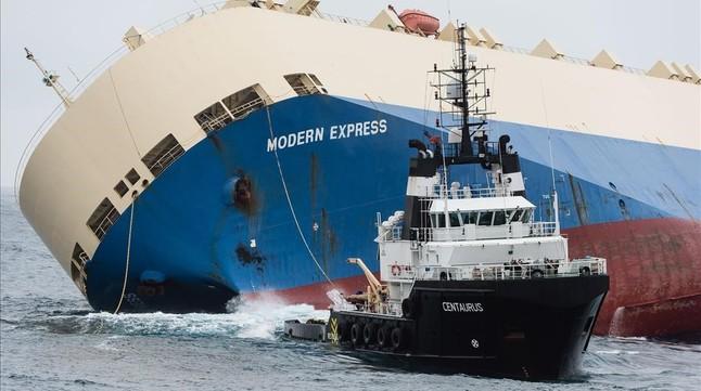 ElModern-Express es remolcado y alejado de la costa francesa,este lunes.