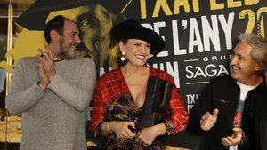 La soprano vasca Ainhoa Arteta, con el actor Karra Elejalde y el periodista Jon Sistiaga.