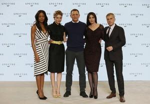 Los actores del nuevoNaomie Harris, Lea Seydoux, Daniel Craig, Monica Bellucci y Christoph Waltz.