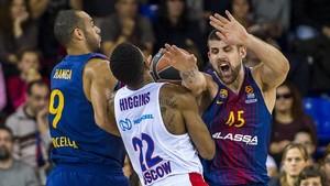 Higgins, bloqueado por los azulgranas Moerman y Hanga, en un partido de la Euroliga.