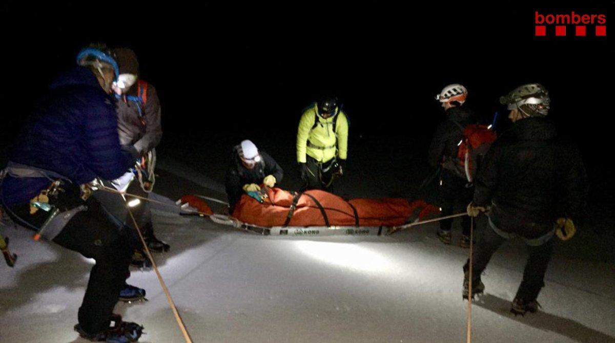 Los bomberos rescatan a un montañero herido grave en Montellà i Martinet (Cerdanya) tras caer por un glaciar.
