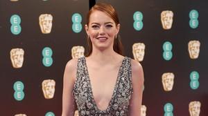 Emma Stone posa en la alfombra roja de los Bafta.