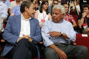 Los expresidentes del Gobierno José Luis Rodríguez Zapatero (i) y Felipe González (d) en el 2014.
