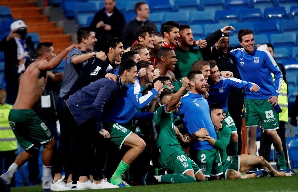 Los jugadores del Leganés celebran su triunfo en el Santiago Bernabéu.