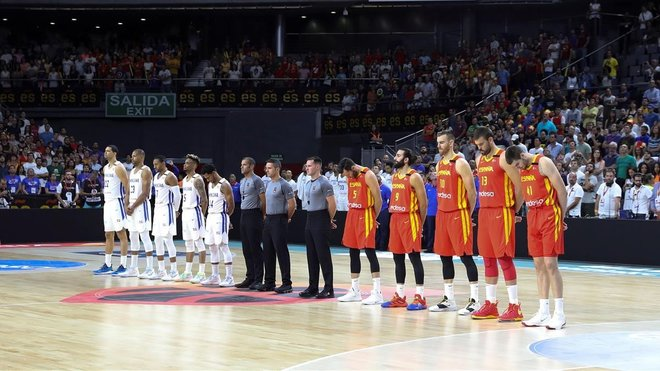 Los jugadores de España y Dominicana guardan un minuto de silencio antes del partido en homenaje a Sibilio