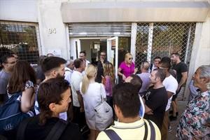 Los trabajadores de Eulen antes de entrar en la asamblea, ayer.