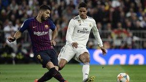 Suárez y Varane se disputan el balón en el clásico por Copa del Rey.