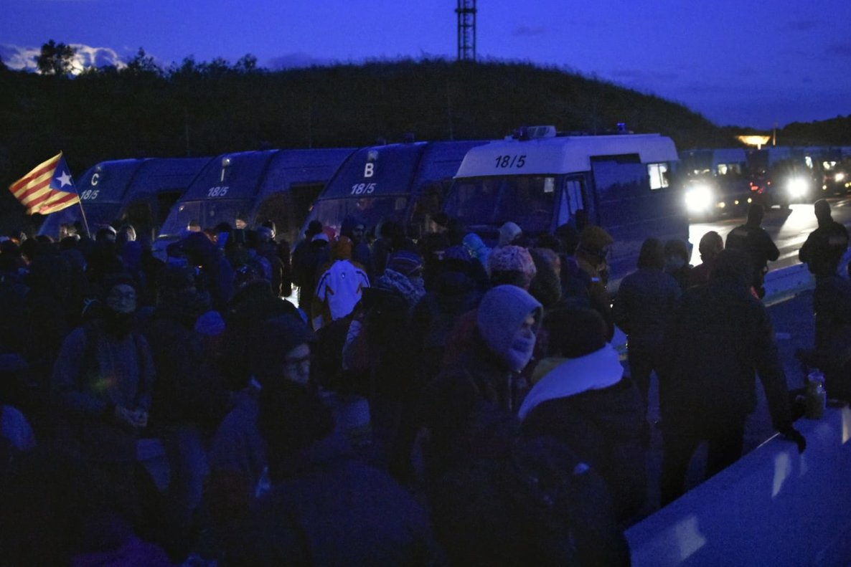 Manifestantes de la acampada, frente al cordón policial, en El Pertús, a primera hora de este martes.
