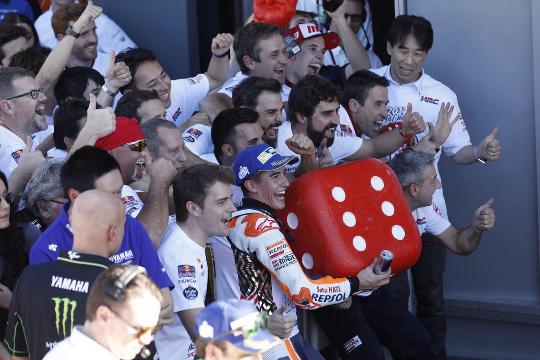Marc Márquez celebra el título mundial con su equipo.