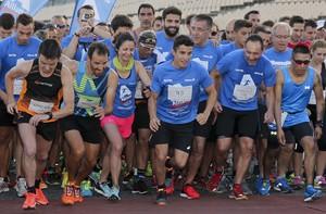Marc Márquez inicia la carrera de Montmeló con cientos de atletas a su alrededor.