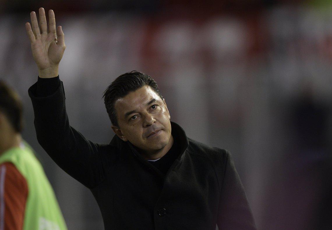 La estatua del entrenador argentino será de aproximadamente 6,7 metros de altura.