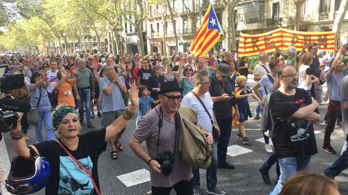 La marcha independentista avanza por la Gran Via.