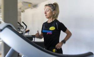 Mari Carmen Paredescorredora paralimpica casi invidentecalentando en una cinta en el gimnasio Delfos de Cornella