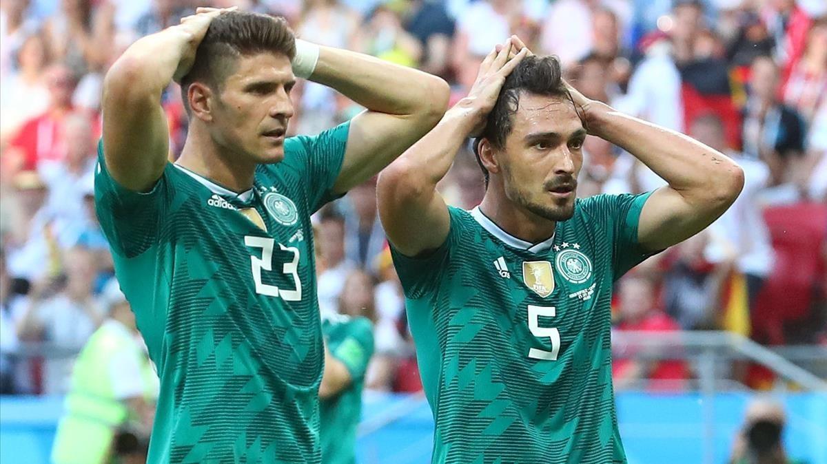 Mario Gómez y Hummels se lamentan de una ocasión fallada por Alemania ante Corea del Sur.