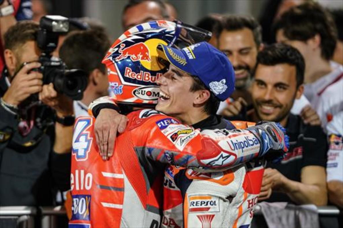Márquez felicita a Dovizioso.