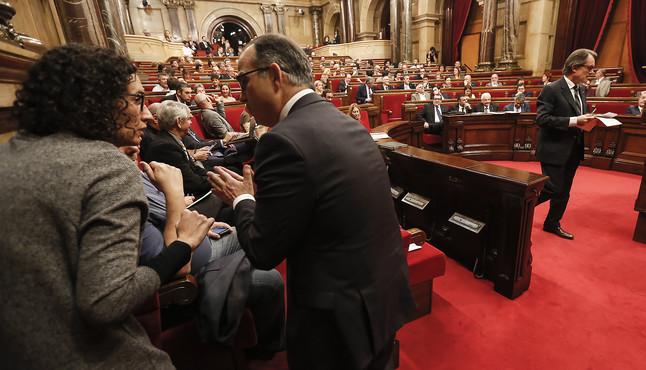 Marta Rovira y Jordi Turull charlan mientras Artur Mas se dirige al atril en el segundo día del fallido debate de investidura de noviembre.
