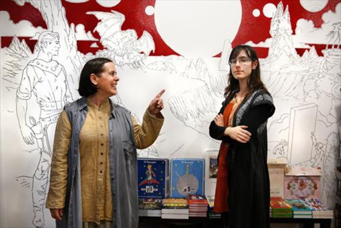 MADRE E HIJA. Mercè Masnou y Helena Sales, en Chronos (Roger de Flor, 237), una activa librería especializada en literatura fantástica y de ciencia ficción.