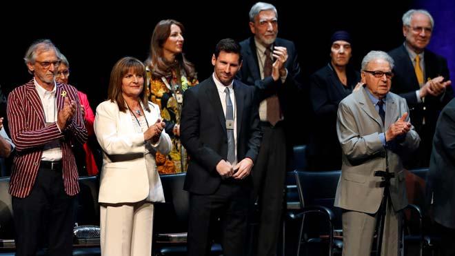 Messi no aplaude ante los gritos de libertad, presos políticos en la entrega de las Creus de Sant Jordi.