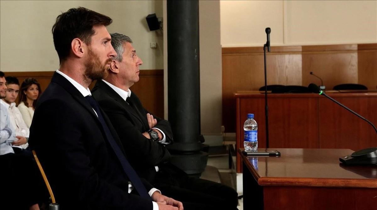 Messi y Jorge, su padre, durante el juicio en Barcelona.