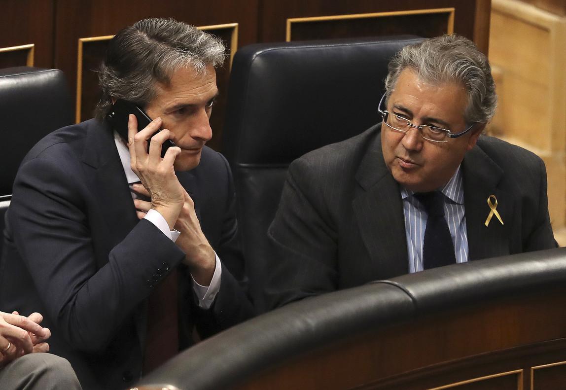 El ministro del Interior, Juan IgnacioZoido (derecha), junto al titular de Fomento, Íñigo de la Serna, en el Congreso.