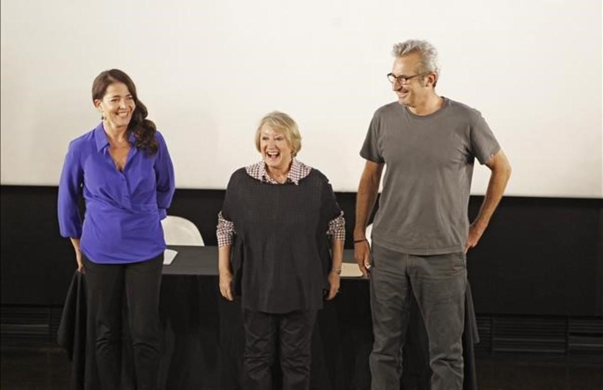 La diseñadora de vestuario Yvonne Blake, en el centro,con el director y guionista Mariano Barroso y la actriz Nora Navas, el pasado 27 de septiembre.