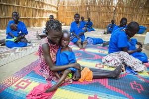 Mujeres con sus hijos desnutridos en un centro de acogida de Ganyiel Panyijiar, en Sudán del Sur.
