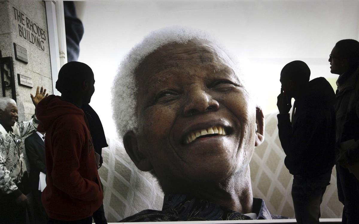 Nelson Mandela fue un abogado, activista contra el apartheid, político y filántropo sudafricano que presidió su país de 1994 a 1999.