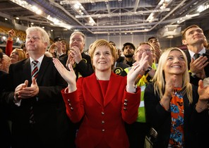 Nicola Sturgeon sigue el recuento de votos en la sede del Partido Nacionalista Escocés (SNP), este jueves por la noche en Glasgow.
