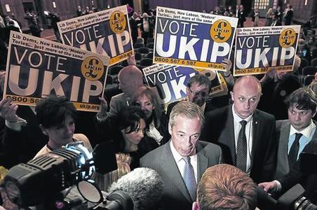 Nigel Farage habla con los medios tras conocer su victoria en la noche electoral.