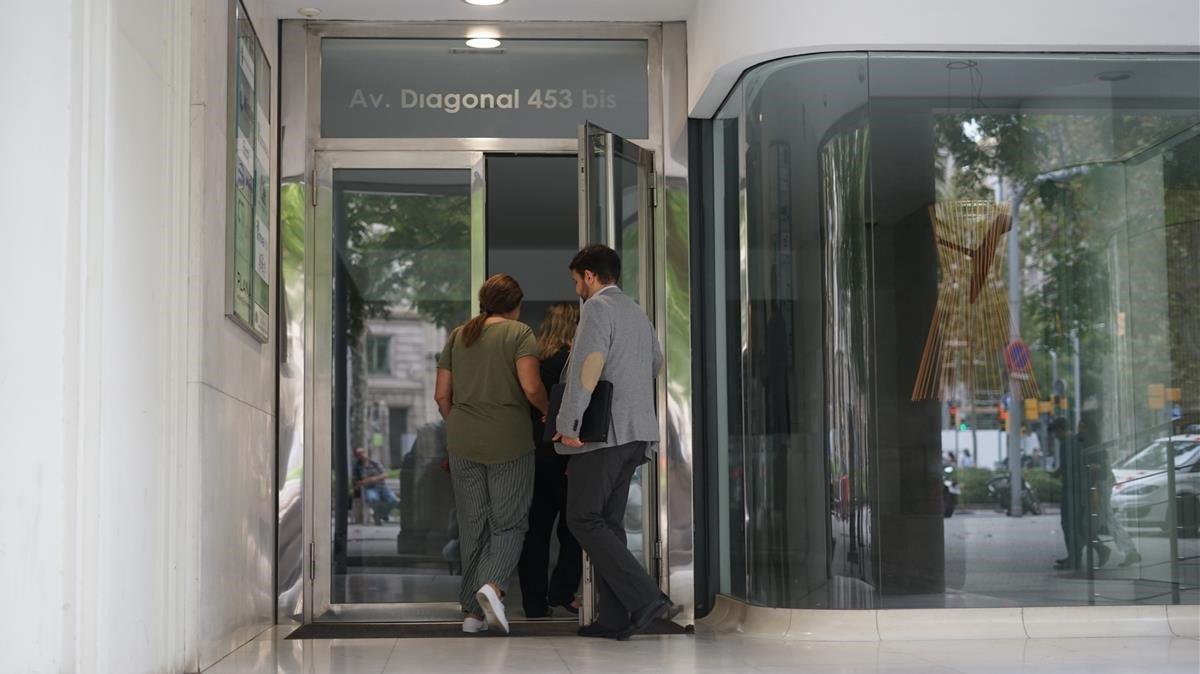 El abogado de la niña y la madre entrando en el consulado de Uruguay.