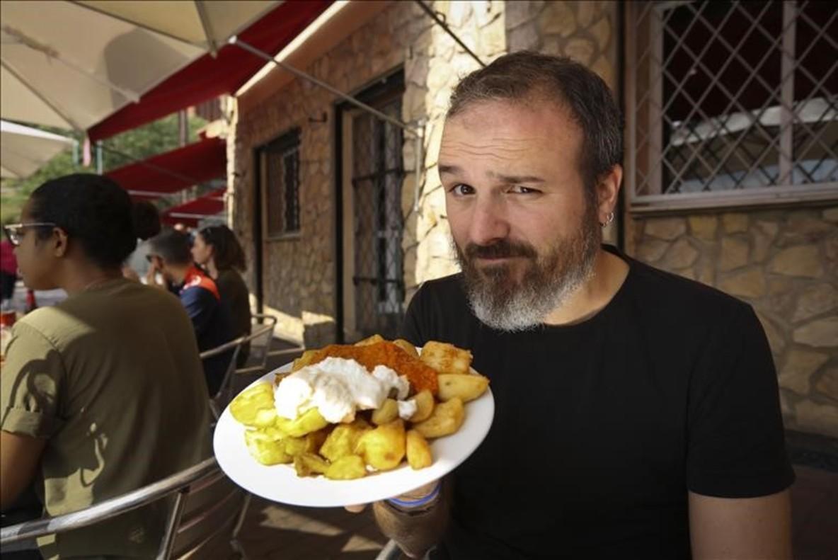 Marc Isern devora con la mirada las bravas suizas que sirven en Las Delicias del Carmelo (en el número 1 de la calle de Mühlberg).