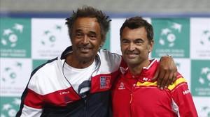 Noah y Bruguera durant el sorteo de la Copa Davis en Lille.