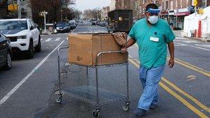 Un trabajador del sistema sanitario camina por una calle junto alMaimonides Medical Center, enBrooklyn, Nueva York.