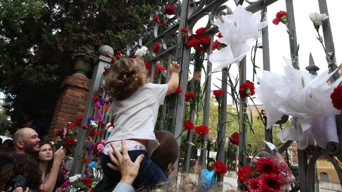 Ofrenda floral en la escuela ramon Llull.