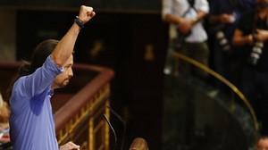 Pablo Iglesias alza el puño durante su intevención en el debate de investidura de Mariano Rajoy.