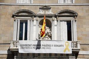 La pancarta con el lazo amarillo vuelve a colgar del Palau de la Generalitat.