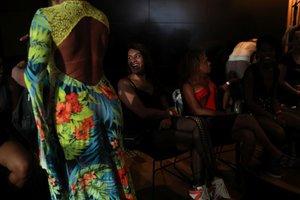 Participantes de un desfile de moda fundado y realizado por prostitutas a punto de empezar durante el festival Women of the World en Rio de Janeiro