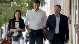 Pedro Sánchez, junto a Adriana Lastra y José Luis Ábalos, entra en la sede del PSOE.