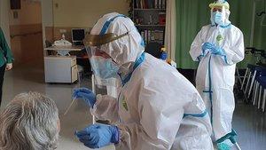 Personal sanitario extrae muestras de PCR en una residencia.
