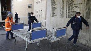 Personal sanitario lleva camas al hospital de Codogno, en Italia.