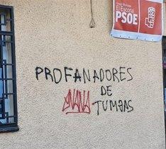Pintan lemas franquistas en sedes del PSOE de El Escorial y San Lorenzo